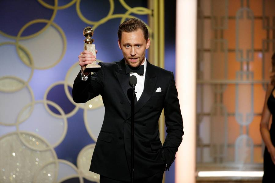 Tom Hiddleston med den Golden Globe han vandt for sin rolle i 'Natportieren' d. 8. januar 2017. Foto: Paul Drinkwater