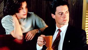 Her ses Kyle Maclaclan sammen med Sherilyn Fenn i en Twin Peaks-scene for 26 år siden, hvor han nyder en fandens god kop kaffe. Foto: All Over Press.