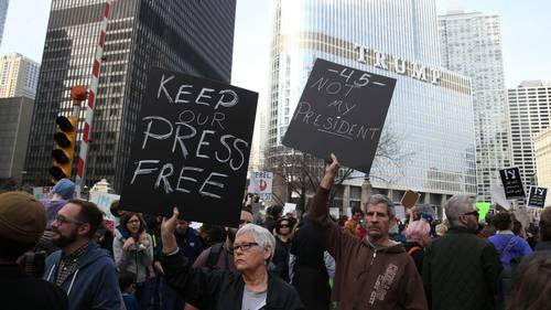 Demonstranter passerer Trump Tower i Chicago, Illinois. (Foto: AP)