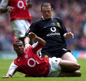 Ashley Cole i duel med en ung Wayne Rooney. Foto: AP
