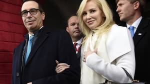 Stephen Mnuchin blev for nylig gift med Louise Linton. Foto: AP