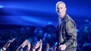 Eminem på scenen i 2014 - stadig 'iført' signatur-looket - det afblegede hår. Foto: All Over Press