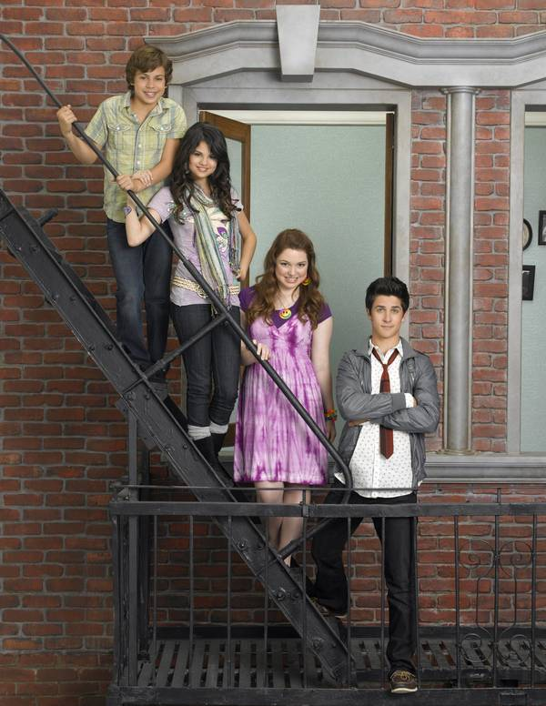 Jake T. Austin, Selena Gomez, Jennifer Stone og David Henrie i 'Wizards of Waverly Place'. (Foto: All Over Press)