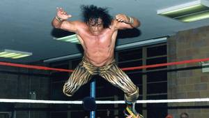 Jimmy Snuka i færd med sin afsluttende signatur-move - Superfly Splash. Foto: All Over Press