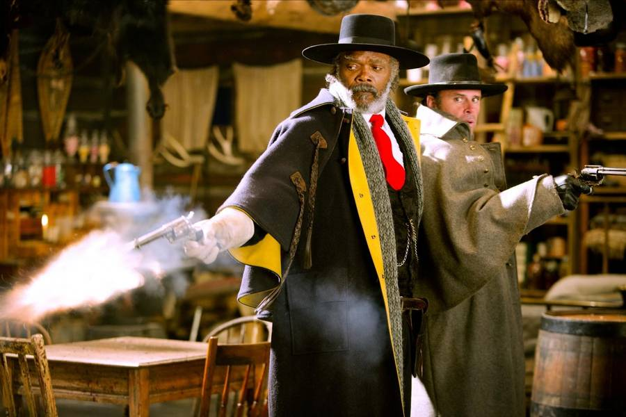 Samuel L. Jackson og Walton Goggins ses her i en skud-scene i 'The Hateful Eight'. (Foto: Scanbox)
