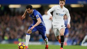 Pedro (t.v.) og Chelsea kæmpede hårdt for at nedkæmpe Tom Carroll (t.h.) og resten af Swansea-mandskabet på Stamford Bridge i Premier League. Foto: AP Photo/Kirsty Wigglesworth