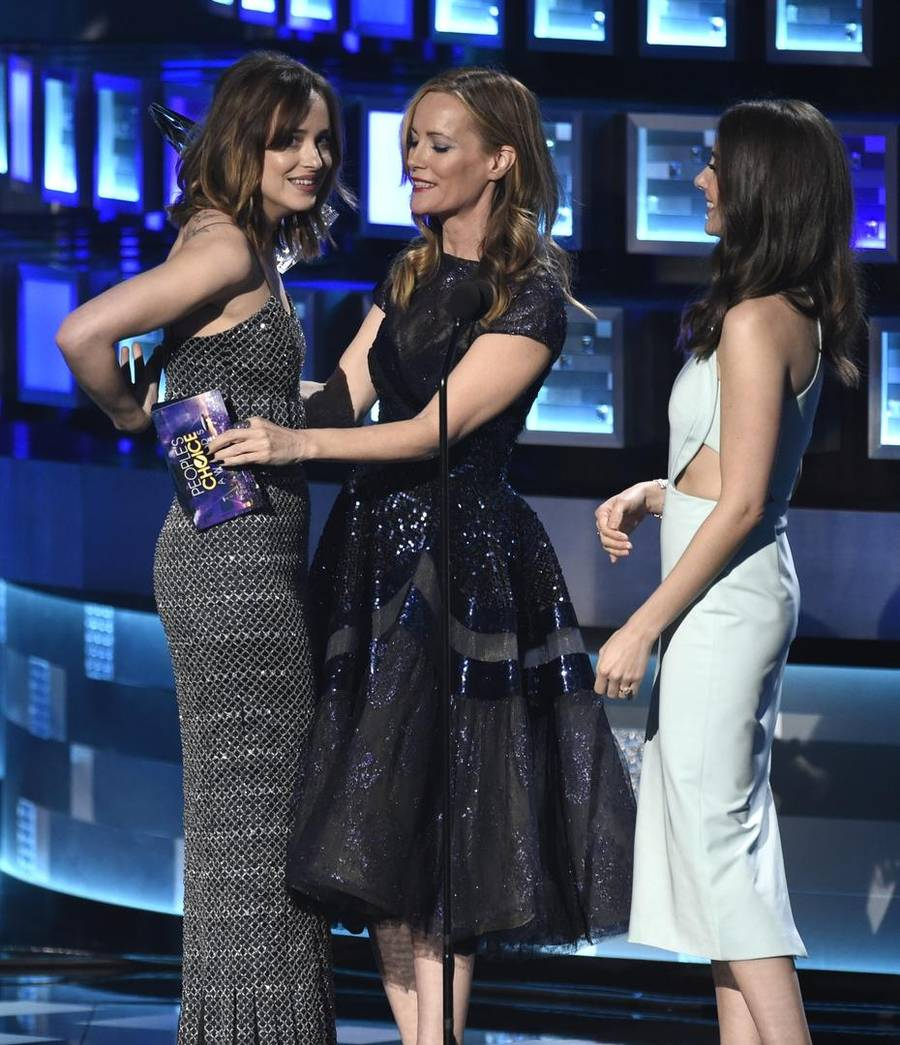 Dakota Johnsons top er her lige ved at glide ned, da hun modtager en pris under Peoples Choice Awards.(Foto: AP)