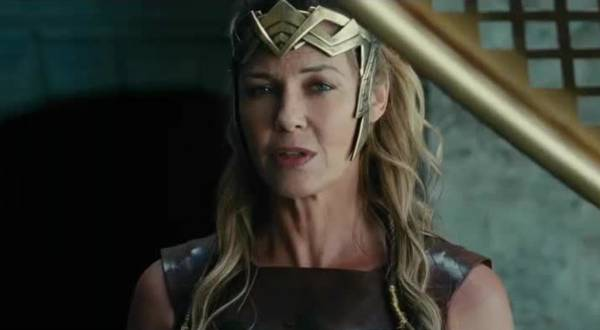 Connie Nielsen som amazone-kriger.