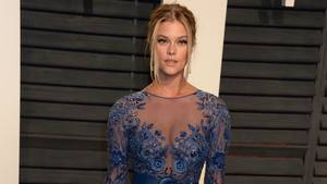 Nina Agdal poserer her til Vanity Fair Oscar-festen i går. (Foto: All Over Press)