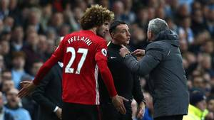 José Mourinho bebrejder Kun Agüero mere for det røde kort end Marouane Fellaini, der nikkede argentineren skallen. Foto: All Over Press