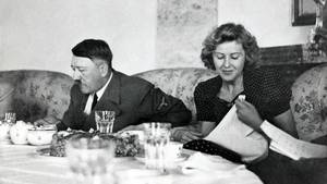 Hitler og Eva nyder frokost. Foto: All Over