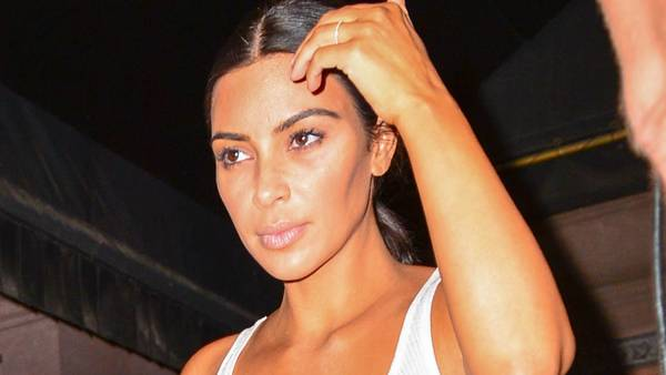 Kim Kardashian viste de flotte former frem, da hun forlod et photoshoot i New York. Foto: All Over