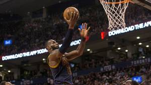 LeBron James stod for 34 point i Clevelands sejr over Toronto Raptors. Foto: AP