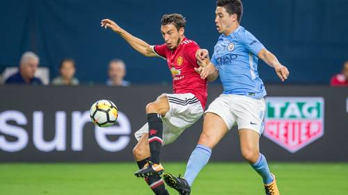 Nasri i nærkamp med Matteo Darmian i de to Manchester-klubbers møde forleden. Foto: All Over Press