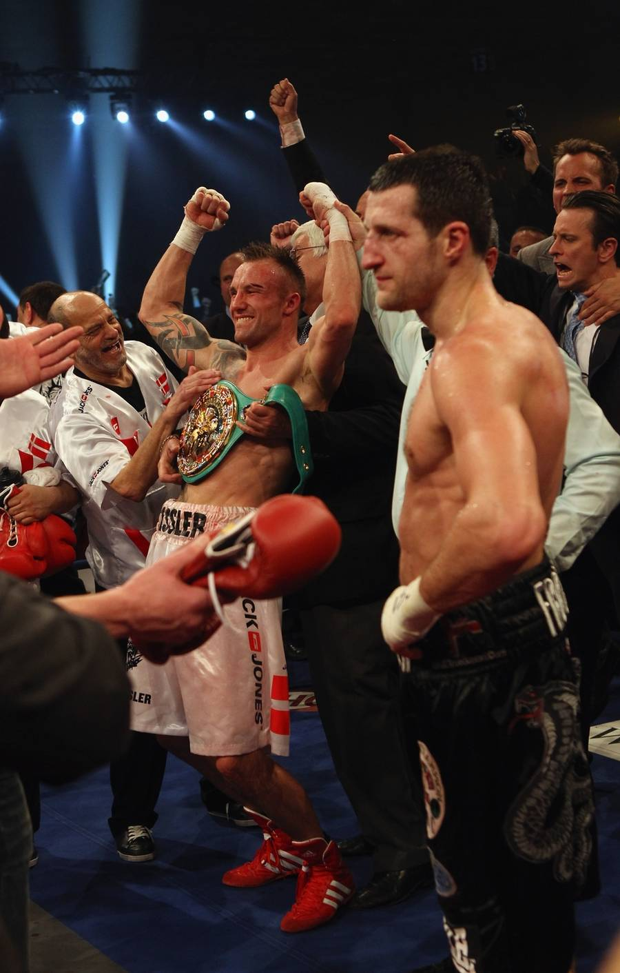 ... and new WBC Supermiddleweight Champion of the World ... MIKKEEEEEL KESS-LEEER! (Foto: Getty Images)