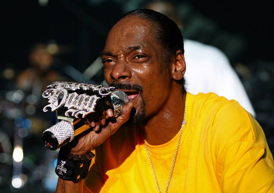 Den amerikanske rapper Snoop Dogg var et smut forbi den danske sangskat for at finde en bid til sit hit  'Drop It Like It's Hot' fra 2004. Her ses han under en koncert i Beirut i Libanon. Foto: AP Photo/Bilal Hussein