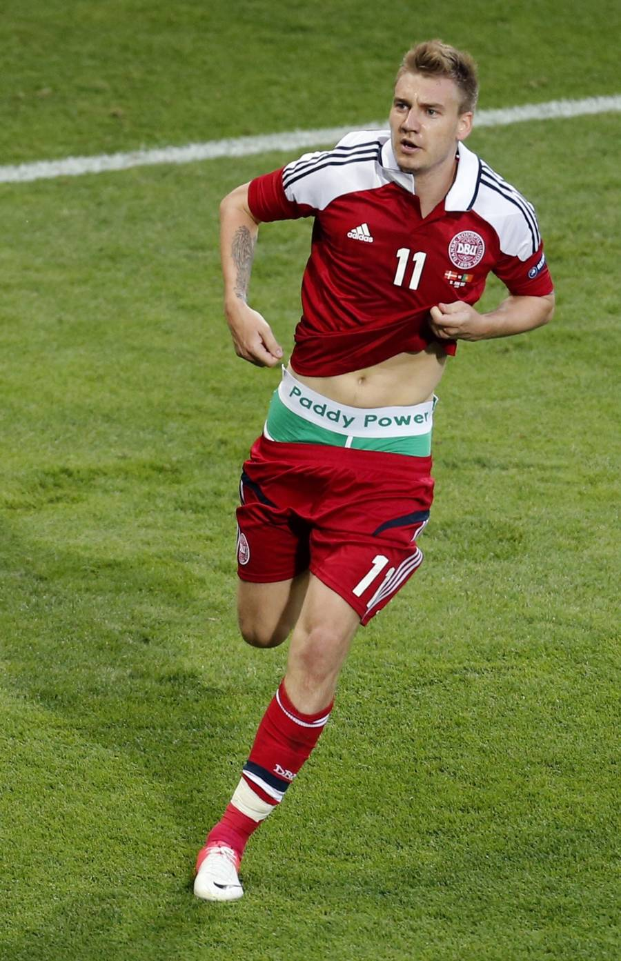 Nicklas Bendtner skaffer her bookmakeren Paddy Power omtale for millioner. (Foto: AP)