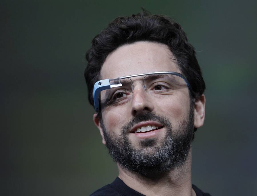 Google-medstifteren Sergey Brin demonstrerede Google's nye internet-briller, i San Francisco onsdag. (Foto: AP Photo/Paul Sakuma)