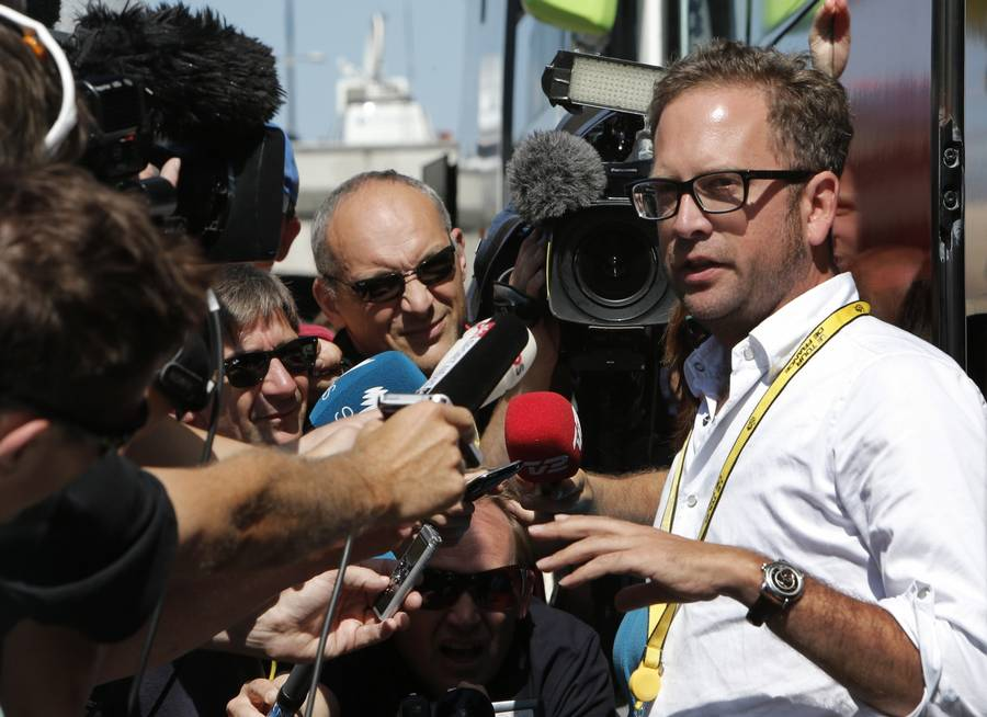Jonathan Vaughters holdt hof i formiddags foran Garmins Tour-bus. (Foto: AP)