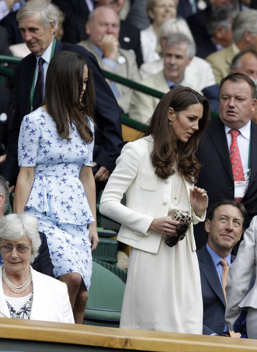 Her ankommer de royale supportere til Center Court i Wimbledon.(Foto: AP)