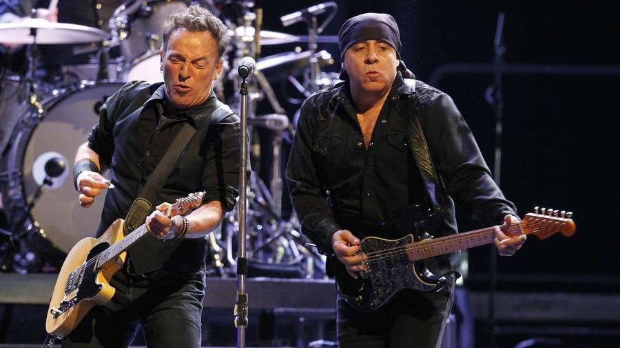 Bruce Springsteen og Steven Van Zandt under en koncert i First Niagara Center i Buffalo, New York. (Foto: AP/Harry Scull Jr.)