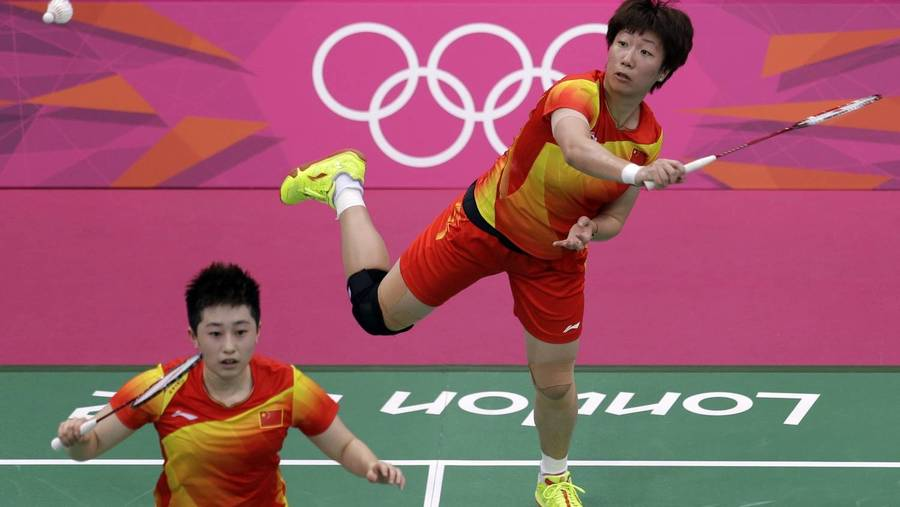 Xiaoli Wang (th.) og Yang Yu beskyldes for at tabe med vilje. (Foto: AP/Andres Leighton)
