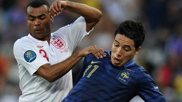 Frankrigs Samir Nasri (th.) i kamp med Englands Ashley Cole under EM. (Foto: AP/Manu Fernandez)
