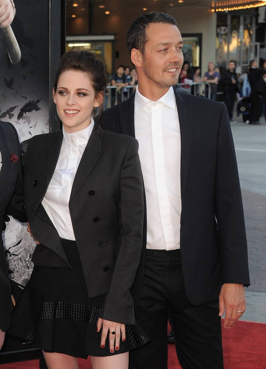 Kristen Stewart og Rupert Sanders poserer her for fotograferne under galla-premieren på filmen 'Snow White and The Huntsman' i Los Angeles.(Foto: AP)