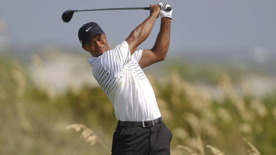 Tiger Woods er med i toppen og har stadig chancen for at vinde Major-turneringen PGA Championship. (Foto: AP/Lynne Sladky)