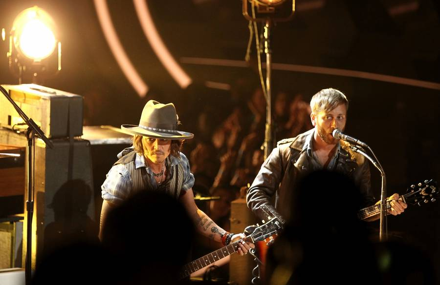 Johnny Depp på scenen med The Black Keys ved årets MTV Movie Awards. (Foto: AP)
