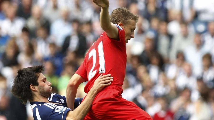 Lucas Leiva i duel med West Bromwich Albions Claudio Yacob i forrige weekend. (Foto: AP/Sang Tan)