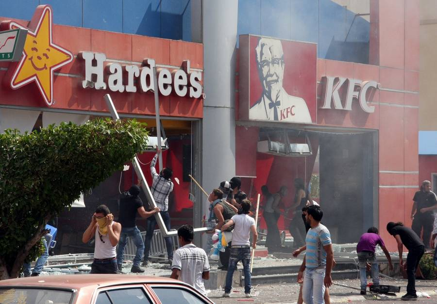 Rasende demonstranter smadrer Kentucky Fried Chicken i Libanon og sætter ild til den amerikanske restaurant. (Foto. AP)