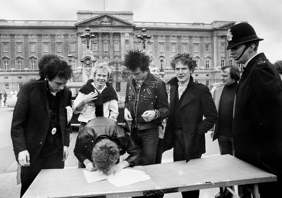 Sex Pistols underskrev pladekontrakt foran Buckingham Palace. (PA Photo)