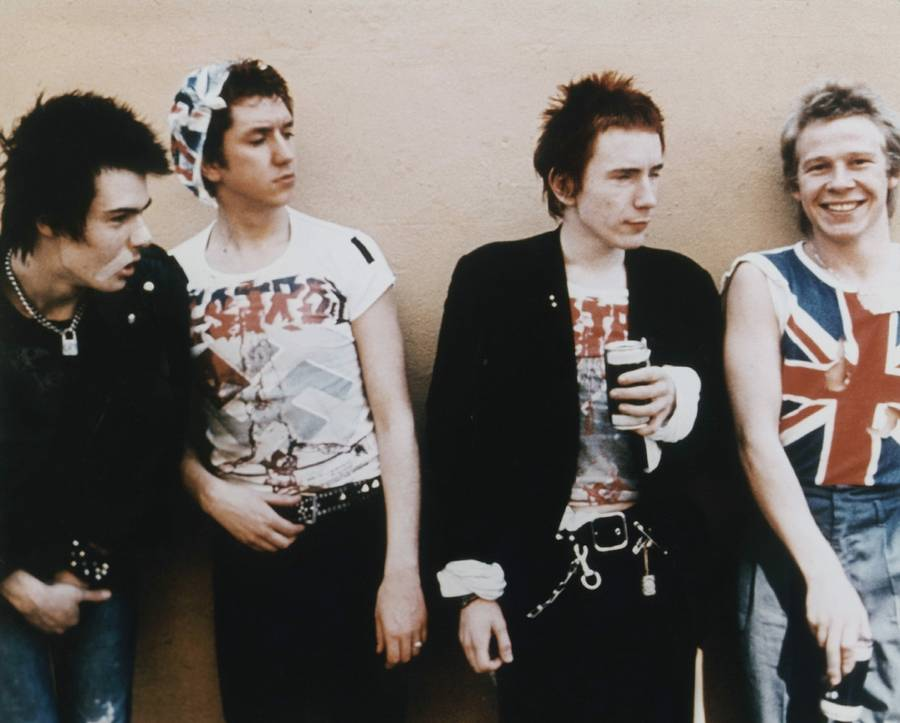 Punk-attitude. Sex Pistols fra venstre Sid Vicious, Steve Jones, Johnny Rotten og Paul Cook. (Foto. Cinetext)