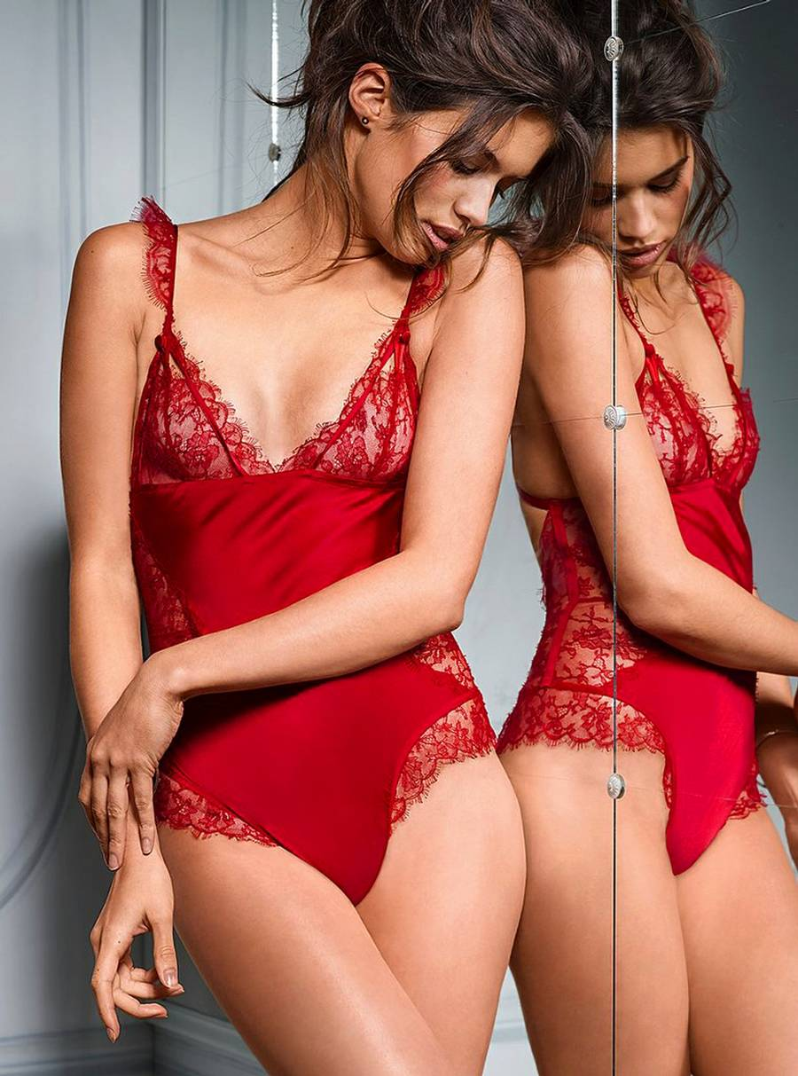Sara Sampaio klæ'r Victoria's Secrets undertøj. (Foto: Target Press)
