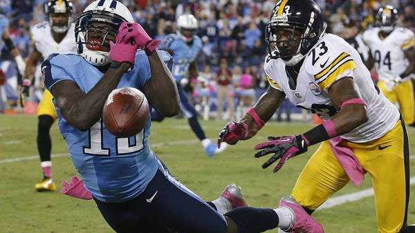Tennessee-wide receiver Kendall Wright får ikke grebet bolden i denne situation foran Pittsburgh-cornerback Keenan Lewis. (Foto: AP/Joe Howell)
