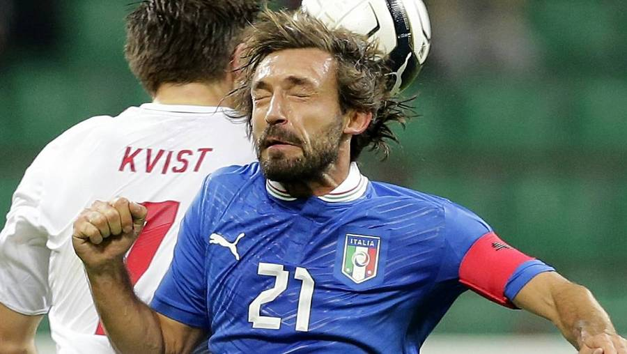 Andrea Pirlo i duel med William Kvist. (Foto: AP)