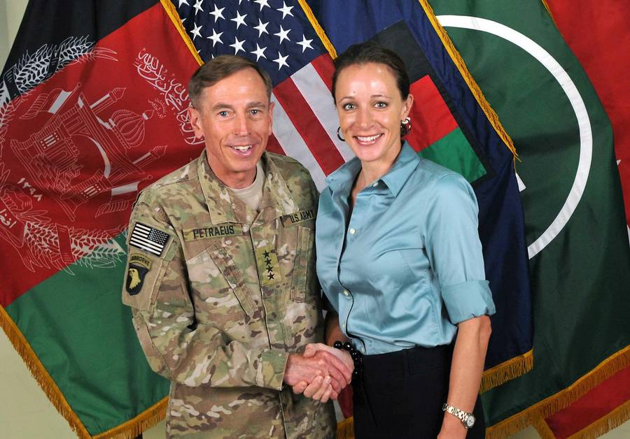David Petraeus og Paula Broadwell mødtes, da hun skrev biografien 'All In' om den firstjernede general. (Foto: AP)