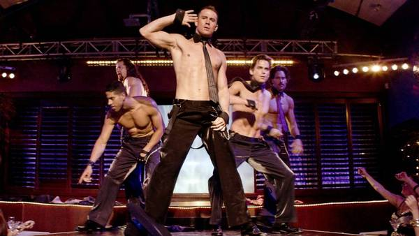 En scene fra 'Magic Mike'. Fra venstre er det Adam Rodriguez, Kevin Nash, Channing Tatum, Matt Bomer og Joe Manganiello. (Foto: Warner Bros/AP)