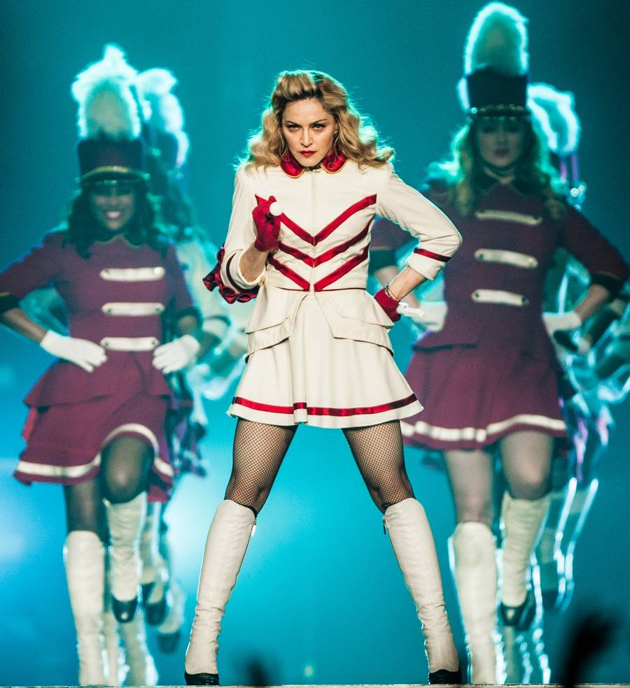 Madonna i cheerleader-uniform. (Polaris Images)
