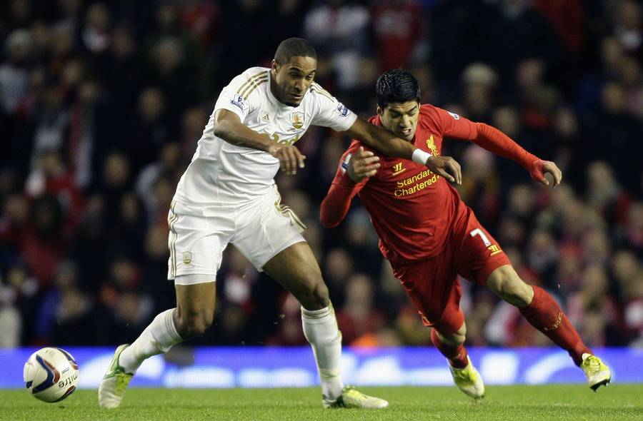 Ashley Williams nærer ikke de varmeste følelser for Luis Suarez. (Foto: AP)