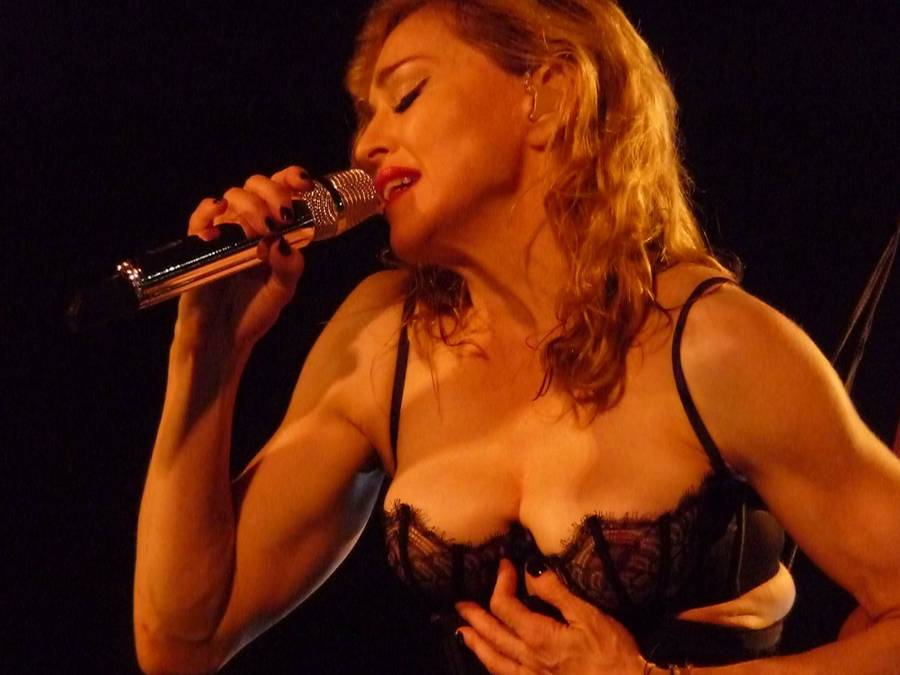 Madonnas mange sexede kostumer får hende til at ligne en stripper, mener Elton John. (Foto: All Over Press)