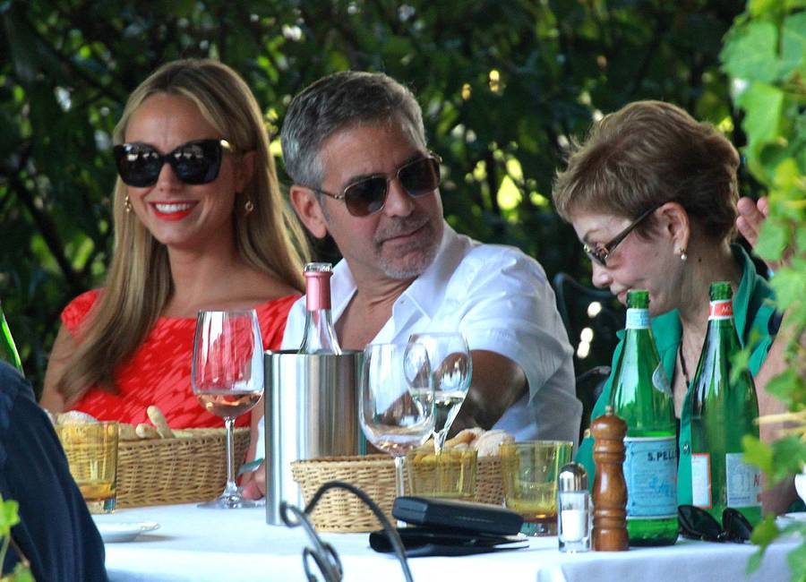 George Clooney og Stacy Kiebler under familie-middagen - til højre ses George Clooneys mor, Nina. (Foto: All Over Press).