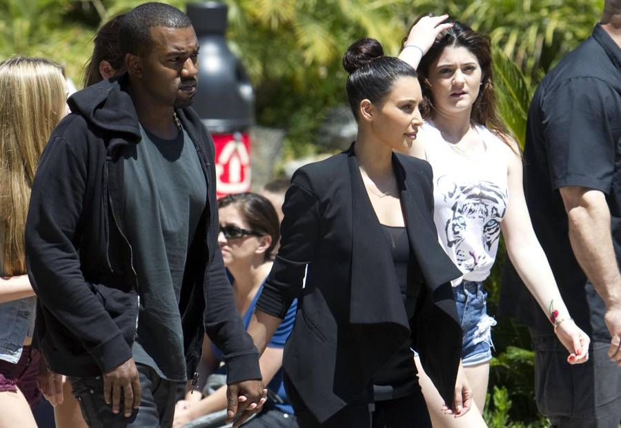 Kanye West i selskab med Kim Kardashian og dennes halvsøster Kylie Jenner. (Foto: All Over Press/Splash News).
