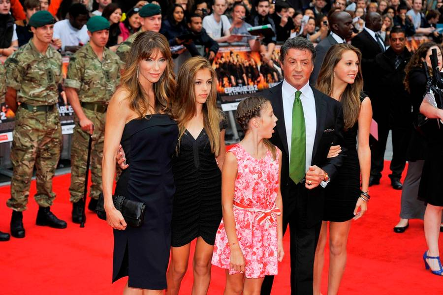 Sly holder ferie i Europa med sin nærmeste familie, kone og tre døtre, for at komme sig over sin seneste familietragedie. (Foto: All Over Press)