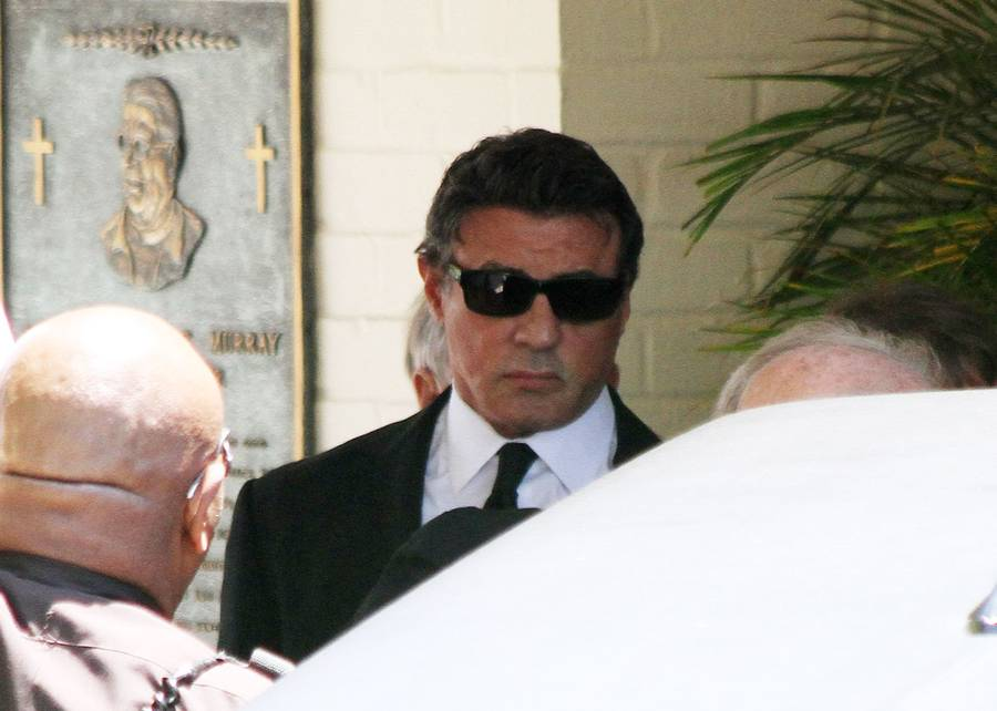En knust Sylvester Stallone ved mindehøjtideligheden for Sage. (Foto: All Over Press).