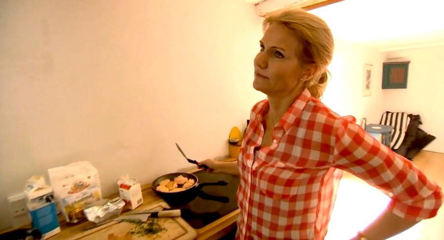 Helt privat: Helle Thorning-Schmidt serverer hjemmelavede frikadeller for Felix Smith i aftenens program (Foto: TV 2)