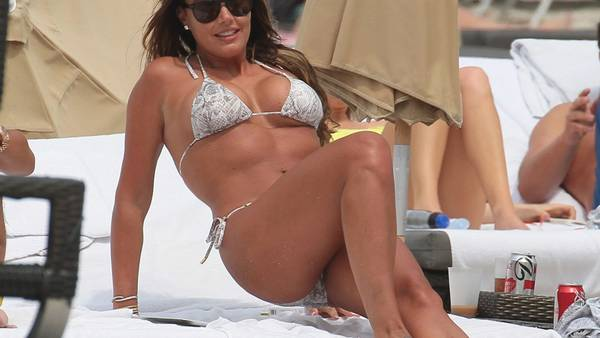 Tamara Ecclestone på stranden ud for Miami. (Foto: All Over Press/MCCFL / Splash News).