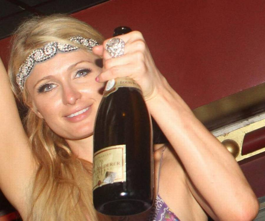 Paris Hilton er klar til at drikke champagne i sommervarmen.(Foto: All Over Press)