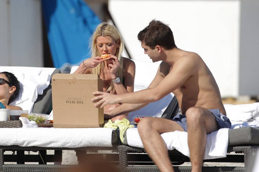 Tara Reid og hendes ledsager nyder en pizza på stranden. (Foto: All Over Press)